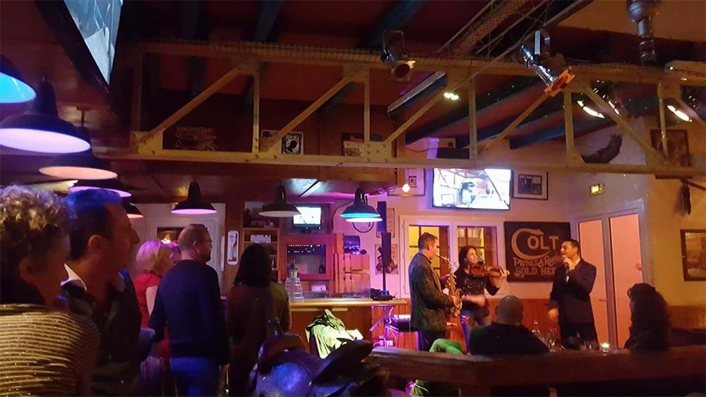 Des vrais chanteurs dans un restaurant à Toulon